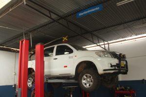 mantenimiento de camioneta 4x4 equipada para proyectos de minería y construcción.