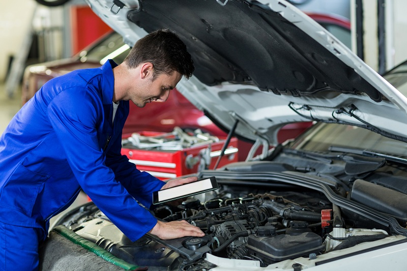 Técnico mecánico usando software gestión mantenimiento